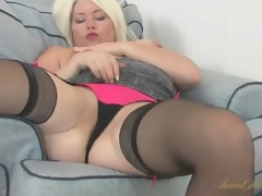 Curvy Amber Jewell masturbates her milf vagina