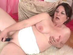 Curvy mature fucks her hairless muff with a toy