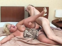 Outrageously hot mature playgirl playing numbers game before sheer fuck in bed